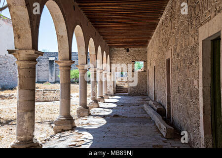 A secondary courtyard at the fading Hacienda de Jaral de Berrio in Jaral de Berrios, Guanajuato, Mexico. The abandoned Jaral de Berrio hacienda was once the largest in Mexico and housed over 6,000 people on the property and is credited with creating Mescal. - Stock Image