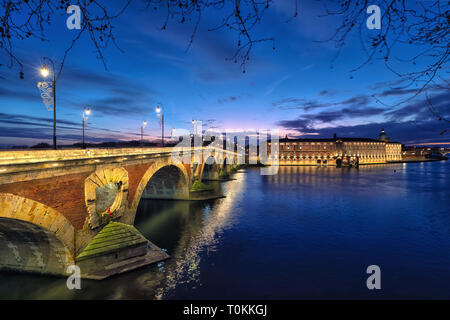 Pont Neuf (New Bridge) and renovated building of former Toulouse hospital at dusk, Toulouse, France - Stock Image