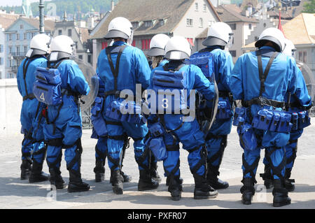 Zürich-City: The police is blocking the road/bridge at labour day on May 1st at the Grossminster - Stock Image
