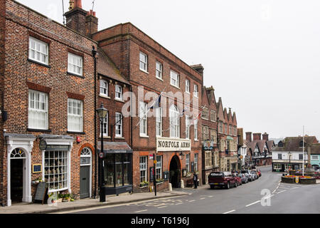 The Norfolk Arms hotel and shops in the high street. Arundel, West Sussex, England, UK, Britain - Stock Image