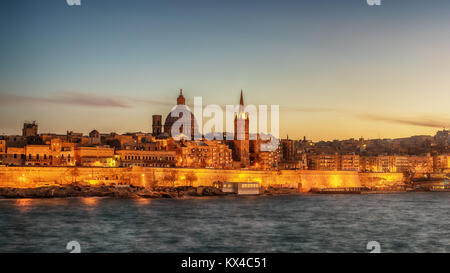 Valletta, Malta: skyline from Marsans Harbour at sunset - Stock Image