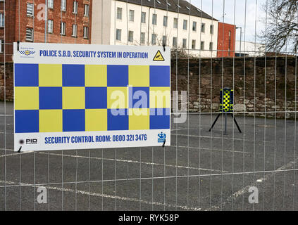 A Perimeter Intruder Detection System (PID) with mobile CCTV tower installed by Police to guard the old surgery building in Gorbals, Scotland, UK - Stock Image