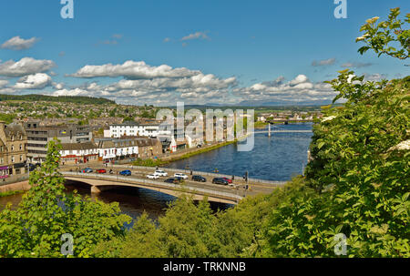 INVERNESS CITY SCOTLAND CENTRAL CITY THE RIVER NESS WITH FLOWER LINED NESS ROAD BRIDGE PEDESTRIANS AND TRAFFIC - Stock Image