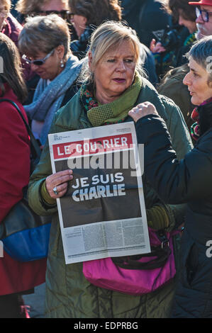 Geneva, Switzerland. 8th January 2015. A Swiss journalist holding up a copy of 'Le Courrier', a Swiss newspaper - Stock Image