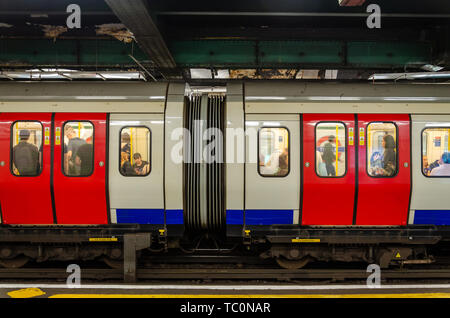 A train sits at the platform at Temple London Underground Station. - Stock Image