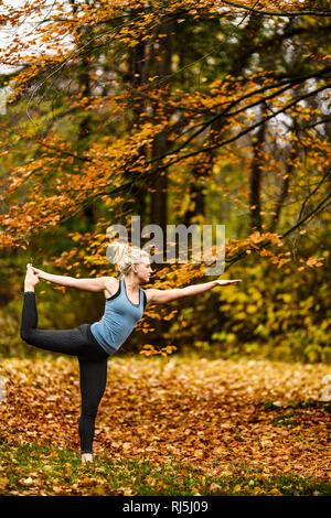 Young woman exercising outdoors - Stock Image