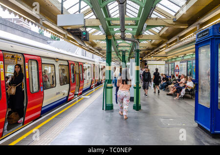 A train sits at the platform at South Kensington London Underground Station. - Stock Image
