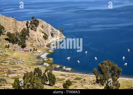 Boats in the Playa Japapi bay on Isla del Sol, Lake Titicaca, Bolivia - Stock Image