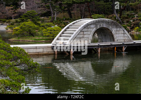 Kokokyo Bridge at Shukkeien Garden - Shukkeien garden was built in 1620 by Ueda Soko - a warrior who became a Buddhist monk, tea master and landscape  - Stock Image