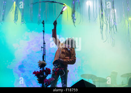 Portsmouth, UK. 29th August 2015. Victorious Festival - Saturday. Wayne Coyne of the Flaming Lips swings a light - Stock Image