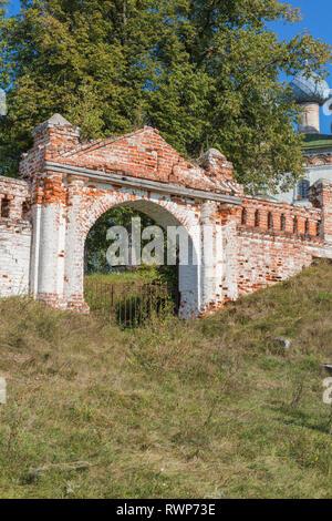 Assumption church, gate, Bolshie Vsegodichi, Vladimir region, Russia - Stock Image