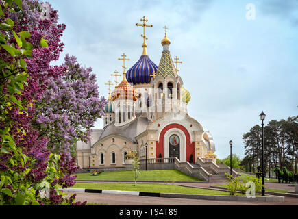 Novo-Peredelkino Church with the flowers of lilac on foreground, Moscow, Russia - Stock Image