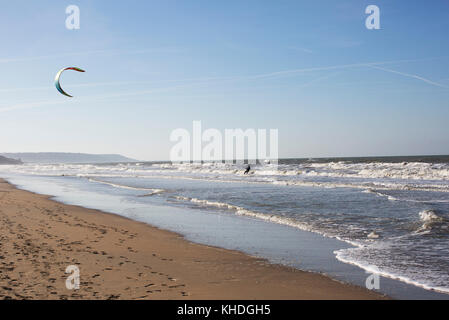 Man paragliding over ocean - Stock Image