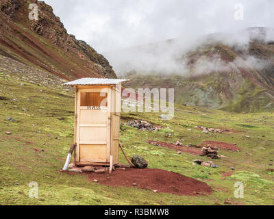 A toilet in the Vinicunca mountain - Stock Image