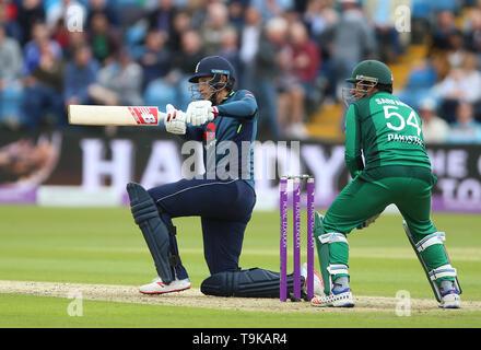England's Joe Root and Pakistan's wicket keeper Sarfaraz Ahmed during the One Day International match at Emerald Headingley, Leeds. - Stock Image