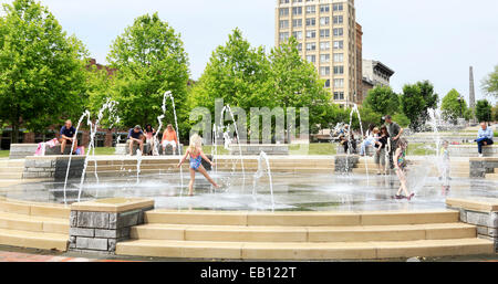 Asheville, North Carolina. Children playing in the fountain in front of the court house. - Stock Image