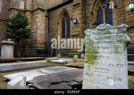 The historic cemetery at the First Presbyterian Church in downtown Pittsburgh, Pennsylvania, USA - Stock Image
