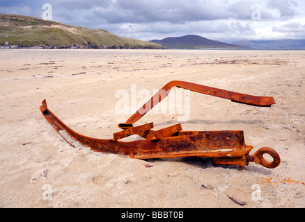 Remnants of an old tow bar off a trailer on a beach in the Isle of Harris - Stock Image