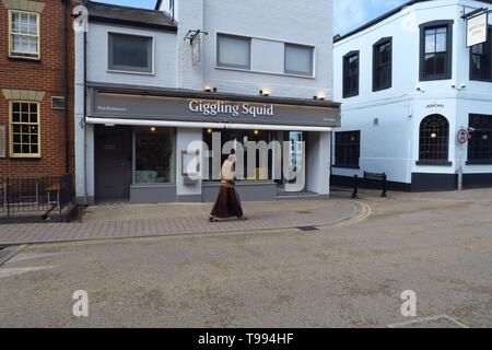 A monk walks past the Giggling Squid Thai Restaurant, Walton Street, Jericho, Oxford - Stock Image