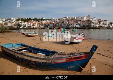 Portugal, Algarve, Ferragudo, View of Village & Boats on the Beach - Stock Image
