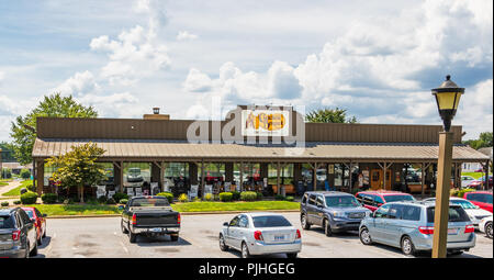 HICKORY, NC, USA-9/6/18: A local Cracker Barrel Restaurant and parking lot.  Cracker Barrel Old Country Store, Inc. is an American chain. - Stock Image
