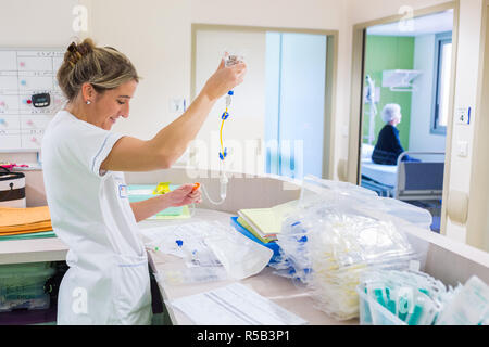 Preparation of chemotherapy perfusion, Oncology department, France. - Stock Image