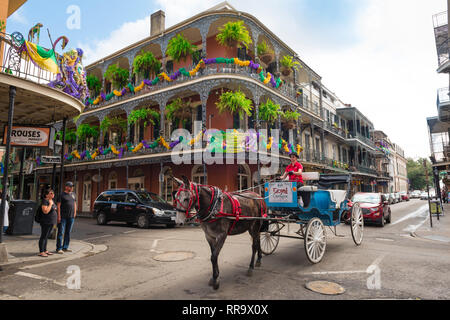 New Orleans French Quarter, view of a horse and carriage crossing Royal Street in the centre of the French Quarter (Vieux Carre), New Orleans, USA. - Stock Image