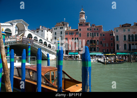 Rialto Bridge and boats/gondolas, Venice, Italy - Stock Image