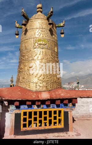 Dhvaja the Victory Banner in golden metalic form on the roof of Jokhang temple. - Stock Image