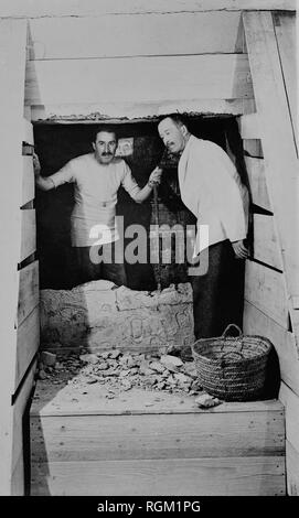 Howard Carter discoverer of Tutankhamun's tomb in the Valley of The Kings with Arthur Callender. Scanned from image material in the archives of Press Portrait Service - (formerly Press Portrait Bureau). - Stock Image