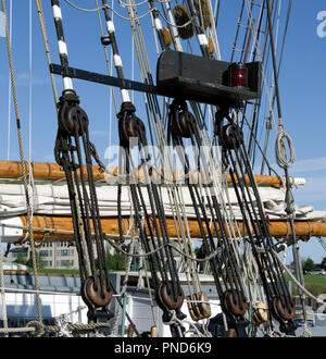 Detail of block and tackle controlling sails on S/V Denis Sullivan, Milwaukee, WI Discovery World schooner - Stock Image
