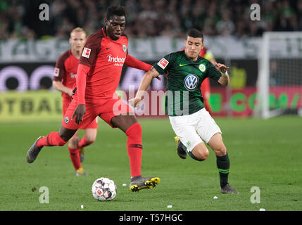 Wolfsburg, Germany. 22nd Apr, 2019. Soccer: Bundesliga, 30th matchday: VfL Wolfsburg - Eintracht Frankfurt in the Volkswagen Arena. Wolfsburg's William (r) and Frankfurt's Danny da Costa fight for the ball. Credit: Peter Steffen/dpa - IMPORTANT NOTE: In accordance with the requirements of the DFL Deutsche Fußball Liga or the DFB Deutscher Fußball-Bund, it is prohibited to use or have used photographs taken in the stadium and/or the match in the form of sequence images and/or video-like photo sequences./dpa/Alamy Live News - Stock Image