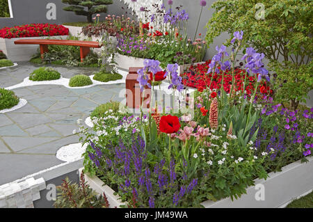 A modern peaceful rooftop space in an urban garden created in the Japanese Zen style - Stock Image