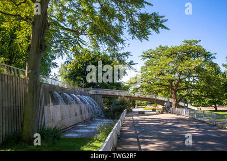 the Rhine Park in the district Deutz, local recreation area, waterfall and bridge, Cologne, Germany.  der Rheinpark im Stadtteil Deutz, Naherholungsge - Stock Image
