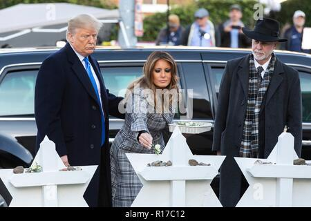 U.S first lady Melania Trump, place a tiny white rose on the memorial of those killed at the Tree of Life Synagogue as President Donald Trump and Rabbi Jeffrey Myers, right, look on October 30, 2018 in Pittsburgh, Pennsylvania. - Stock Image