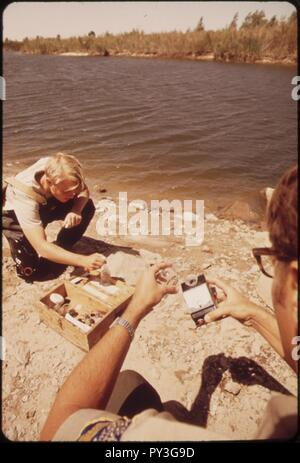 California-fish-and-game-biologists-take-water-samples-at-goose-flats-on-the-colorado-river-may-1972 7136516237 o. - Stock Image