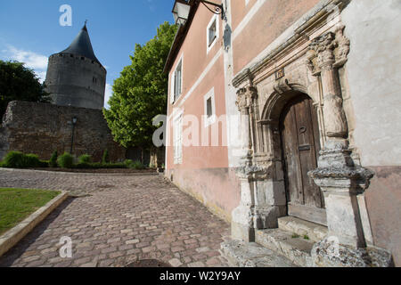 Chateaudun, France. Picturesque view of the medieval upper town of Chateaudun. The Renaissance door of 13 Ruelle Saint Luben is in the foreground and - Stock Image
