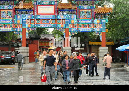 A group of tourists in front of the Lama Temple Yong He Gong, Beijing CN - Stock Image
