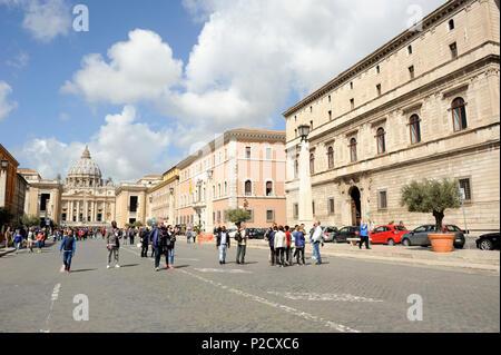 italy, rome, via della conciliazione, palazzo torlonia, palazzo dei convertendi and st peter's basilica - Stock Image