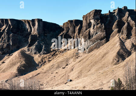 South Iceland. A view of cliffs and a lonely shepherds' hut, seen from the Ring Road (Hringvegur or Route 1) - Stock Image