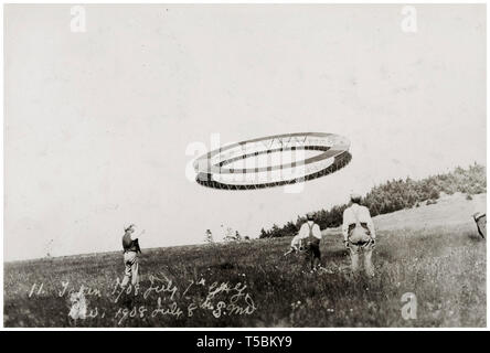 Alexander Graham Bell (1847-1922) (right) and his assistants flying one of his tetrahedral kites, 1908 - Stock Image