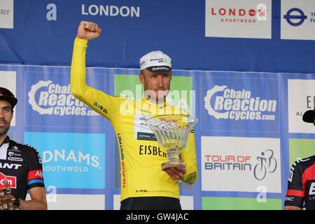 London, UK.  11th September 2016. Tour of Britain stage 8, circuit race. Steve Cummings celebrates the tour win - Stock Image