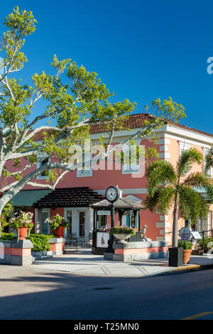 Coral colored building with shops and boutiques along trendy 3rd Street Shopping District, Naples, Florida, USA - Stock Image