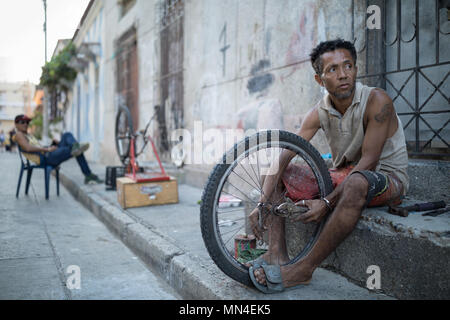A man repairing bicycles, Getsemani, Cartagena, Colombia - Stock Image