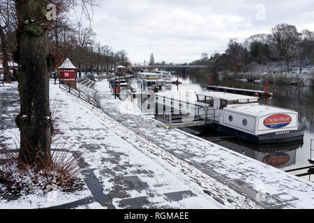Chester, Cheshire, UK. 30th December 2018. Snow at The Groves alongside the River Dee in the city centre. Credit: Andrew Paterson/Alamy Live News - Stock Image
