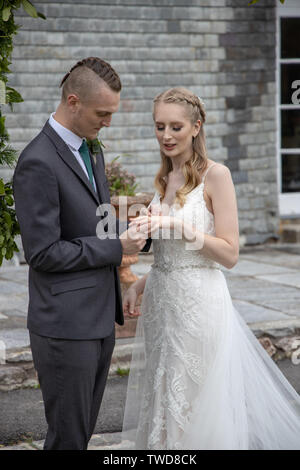 Brid and Groom exchange wedding rings, Jennycliffe, Plymouth, Devon - Stock Image