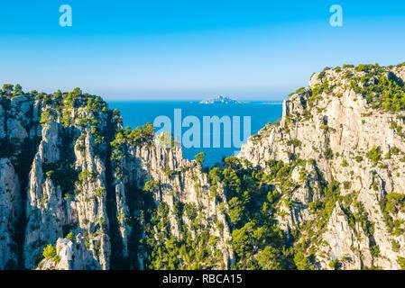 France, Provence-Alpes-Cote d'Azur, French Riviera, Bouches-du-Rhone, Cassis. Calanque d'En-Vau in Calanques national park. - Stock Image