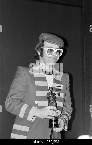 The 22nd Ivor Novello Awards, presented by BASCA and sponsored by PRS. Held at the Grosvenor House Hotel, London. Elton John pictured with his statuette for the Best Pop Song 'Don¿ Go Breaking My Heart' . 12th May 1977. - Stock Image