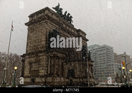 Brooklyn, USA. 7th March, 2018. Wind blown snow falling on Grand Army Plaza during the Nor'easter of March 7th, - Stock Image