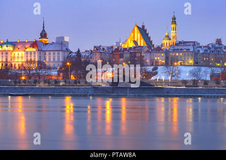 Old Town and river Vistula at night in Warsaw, Poland. - Stock Image